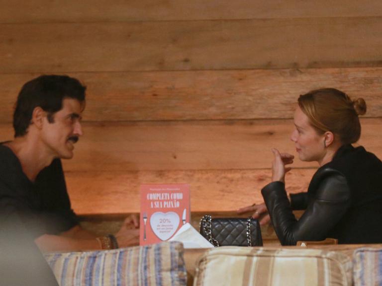 Mariana Ximenes e Reynaldo Gianecchini vão ao cinema