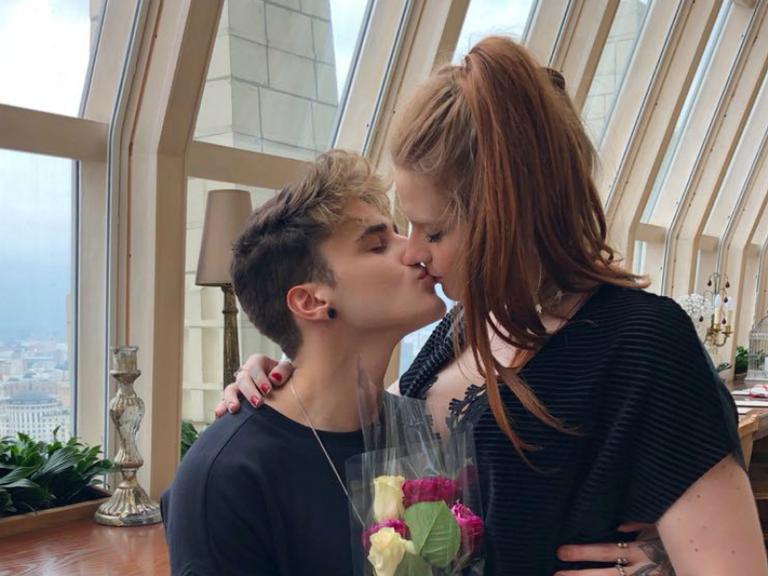 Alex Mapeli presenteia namorada durante viagem em Moscou