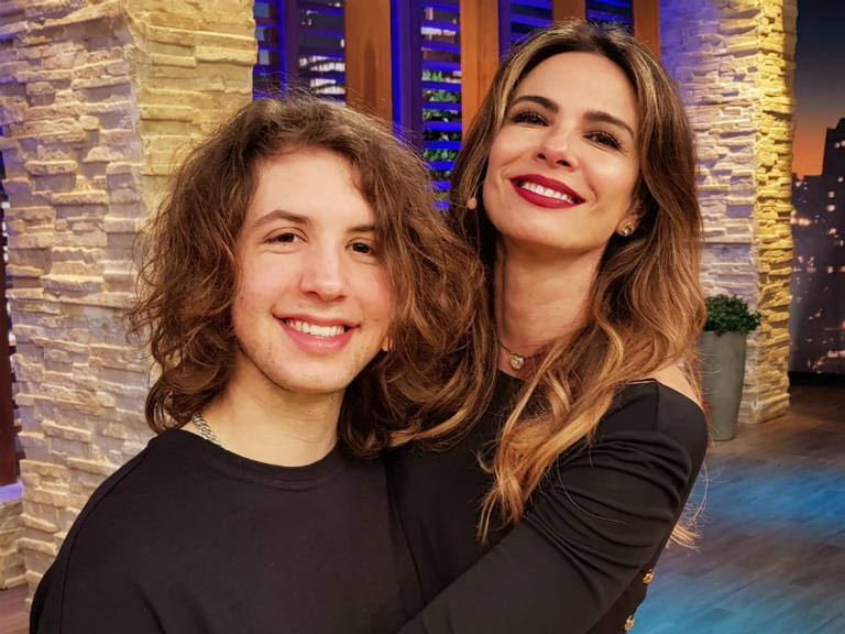Luciana Gimenez entrevista filho durante seu programa