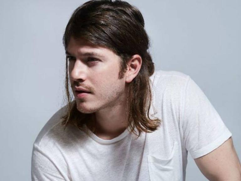 Com novo visual, ator analisa a boa fase e fala sobre romance com DJ