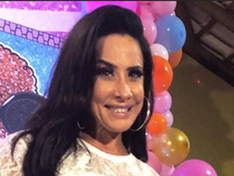 Filha de Scheila Carvalho alisa os cabelos e coloca aplique