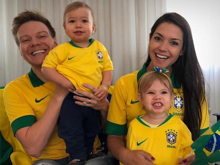 Michel Teló reúne a família na torcida pelo Brasil