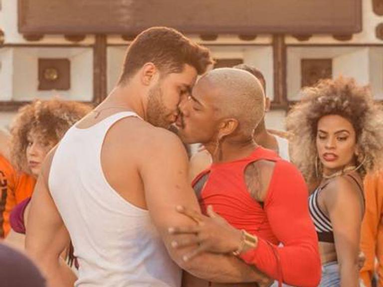Nego do Borel dá beijaço em ator em novo clipe e causa