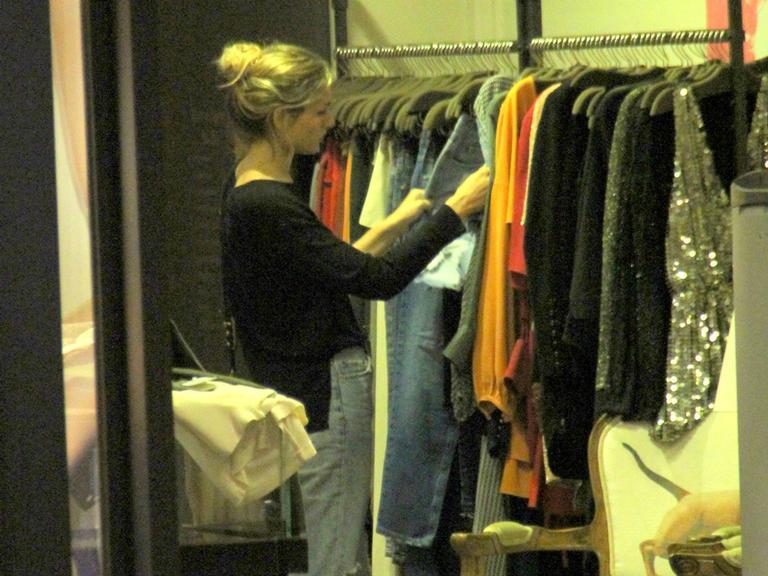 Sasha Meneghel vai às compras com amiga