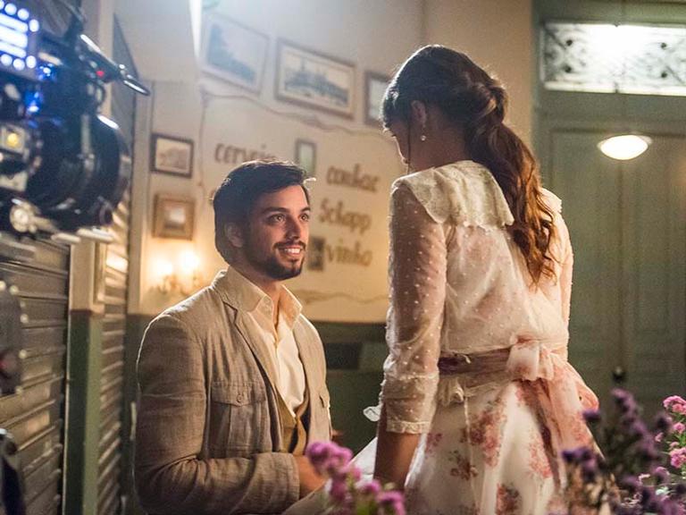 Ema e Ernesto ficam noivos em 'Orgulho e Paixão'