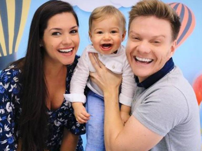 Michel Teló se encanta com filho falando 'papai' pela primeira vez