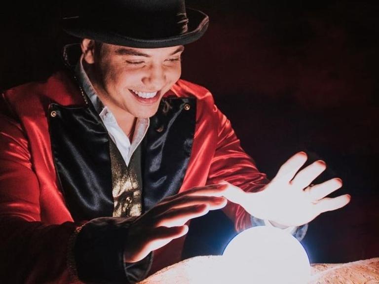 Gravado em um parque de diversões, o vídeo conta a história de um mágico que usa seus poderes para ajudar um homem a conquistar a mulher por quem é apaixonado