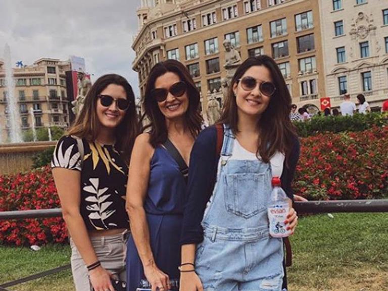Fátima Bernardes curte as férias com as filhas em Barcelona