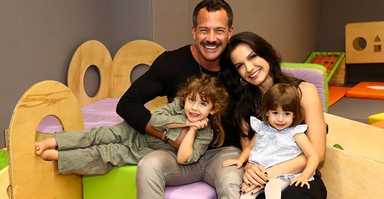 Malvino Salvador com a mulher e as filhas