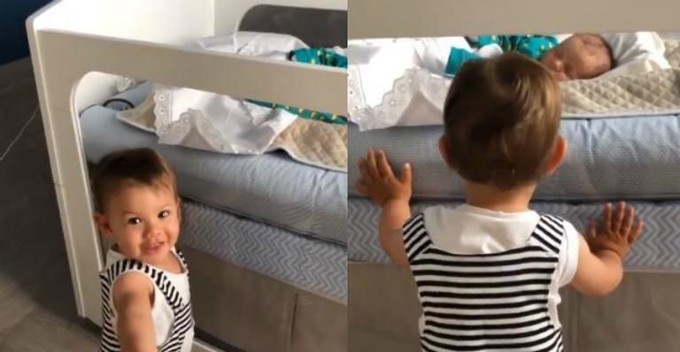Andressa Suita flagra Gabriel tomando conta do irmão mais novo