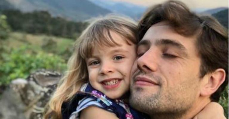 Mari Bridi flagra filha de 4 aninhos maquiando o papai, Rafael Cardoso
