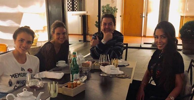 Faustão curte jantar com bailarinas de seu programa