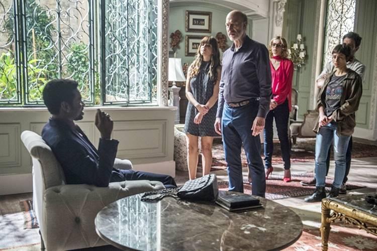 O milionário reúne a família para contar que é o novo dono da mansão dos Athayde