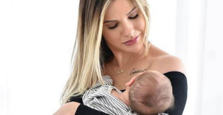 Em momento íntimo, Andressa Suita mostra Samuel dormindo no seu colo