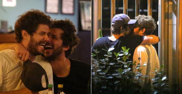Gil Coelho e Maurício Destri: carinhos