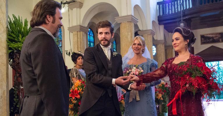 Orgulho e Paixão: Julieta e o filho, Camilo, selam a paz em cerimônia dupla