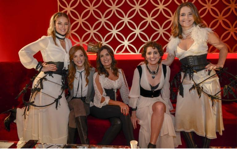 Paolla Oliveira, Sophia Abrahão, Fátima Bernardes, Carol Duarte e Claudia Abreu estavam animadíssimas
