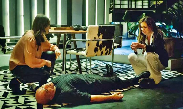 Rosa fica estarrecida ao ver Laureta assassinar o capanga