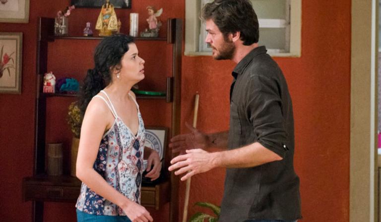 Jennifer entrega todo o plano de Laureta para Beto