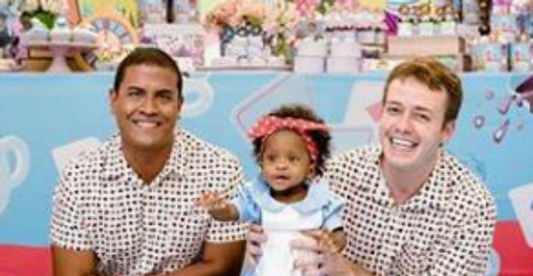 Pablo Sanábio celebra ao lado do marido primeiro ano da filha, Manuela
