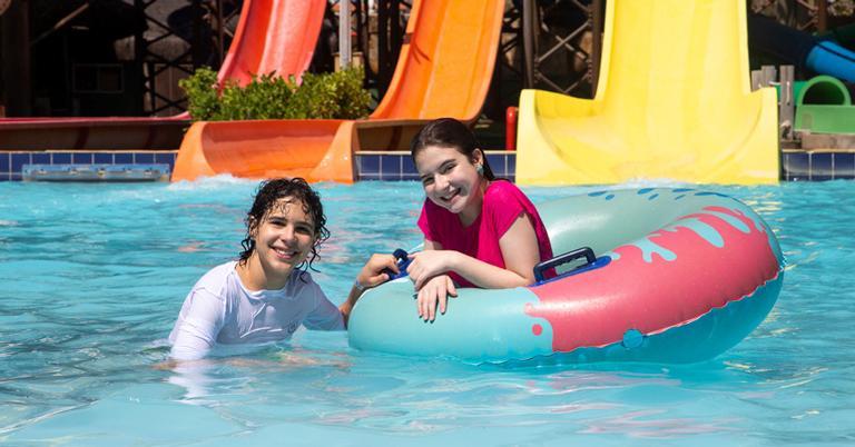 Sophia Valverde e Igor Jansen curtem férias no Beach Park