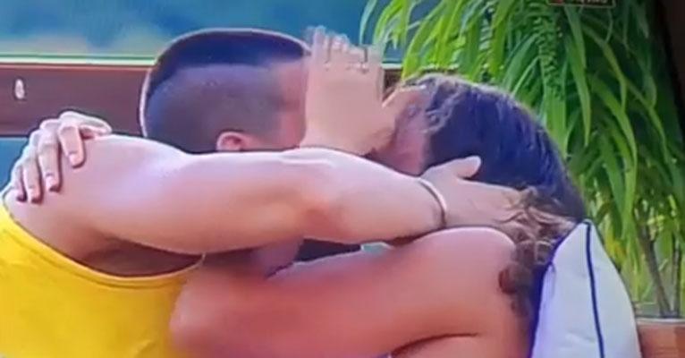 A Fazenda: Rolou! Fernanda Lacerda e Caique Aguiar trocam beijos quentes