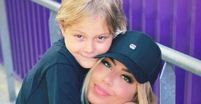 Davi Lucca curte as férias ao lado da titia, Rafaella, em parque de diversões na França