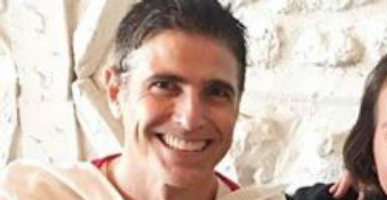Papai? Reynaldo Gianecchini posa com recém-nascido no colo e confunde fãs na web