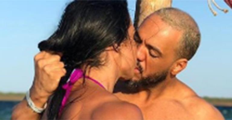 Musa fitness ganhou beijaço e puxão de cabelo em foto provocante