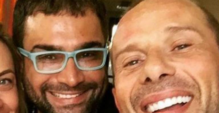Rafael Ilha reencontra amigo Evandro Santo e brinca: ''É hora das fofocas''
