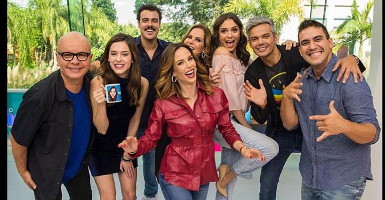 Ana Furtado acompanhada por apresentadores do Vídeo Show
