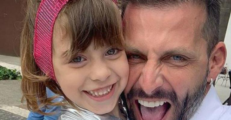 Henri Castelli leva a filha para Orlando e faz bela homenagem de aniversário