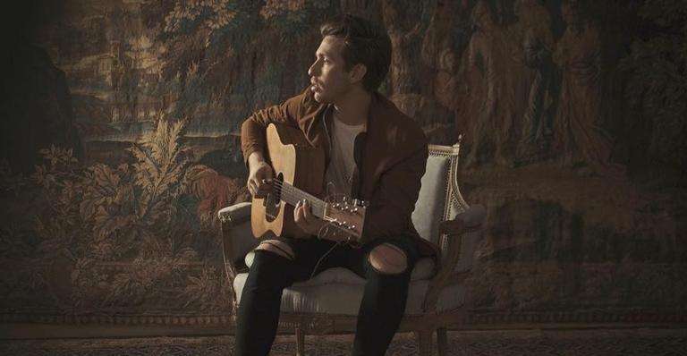 Segundo lançamento do cantor, a faixa romântica fala sobre amor e saudade