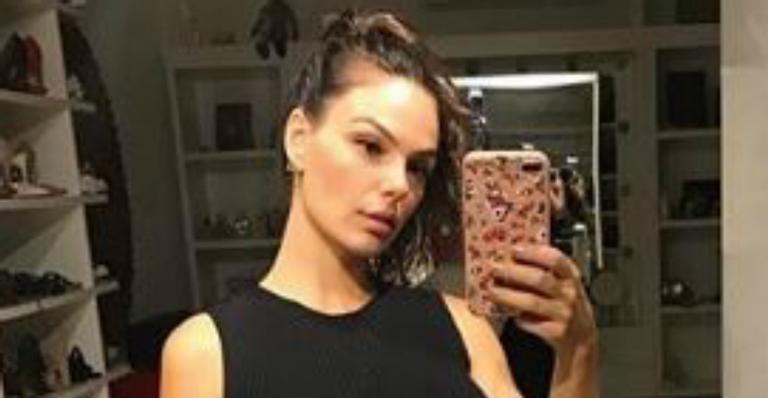 Quantidade de sapatos roubam a cena em selfie de Isis Valverde: ''Parece uma loja''