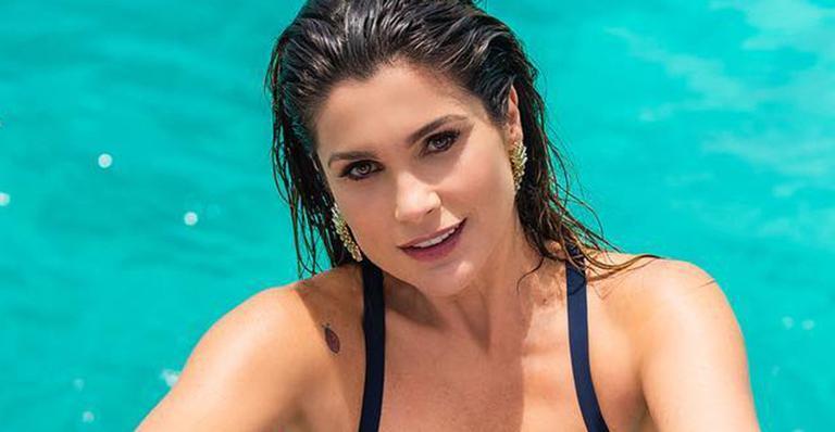 Aos 44 anos, atriz surge deslumbrante em foto de biquíni