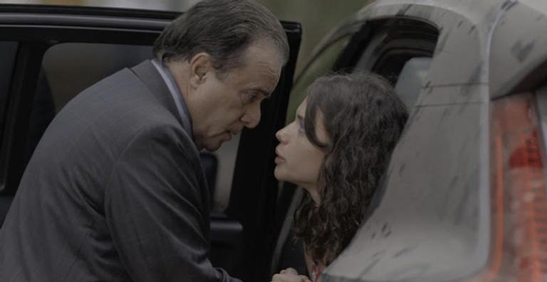 A garota atravessa a rua desnorteada e é atingida pelo carro do milionário. Ela se machuca, mas ele não dá a menor bola