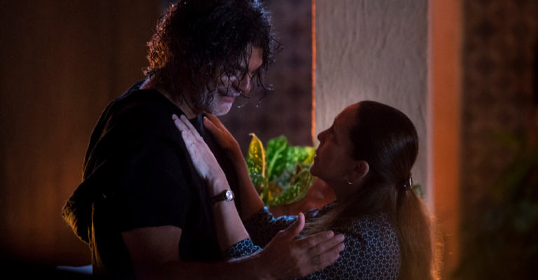 Assim que assume sua forma humana, Murilo procura Judith