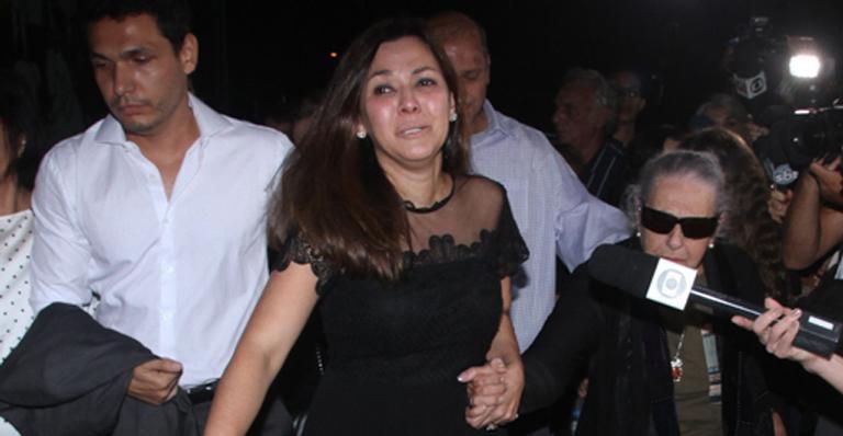 """Veruska Seibel, mulher de Ricardo Boechat, chega aos prantos em velório: """"Agora é nosso anjinho"""""""