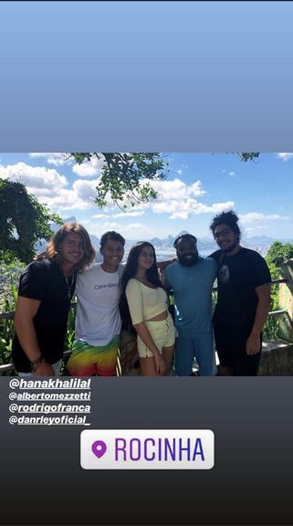 Ex-BBBs Danrley, Rodrigo, Hana e Alberto visitam à Rocinha