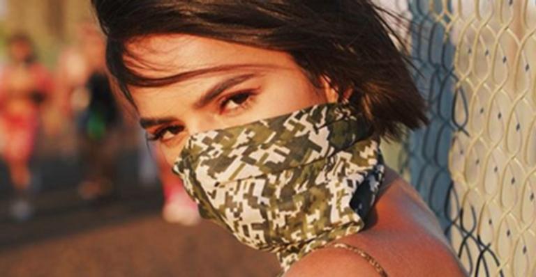 Atriz global esbanja sensualidade ao surgir com o rosto coberto em look para Coachella