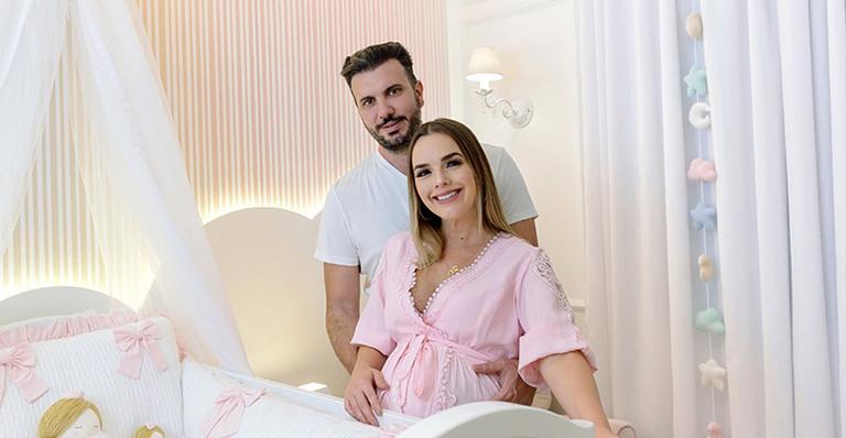 Thaeme e o marido, Fábio Elias, no quarto da filha, Liz