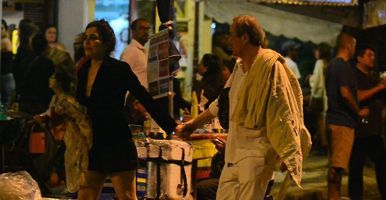 Sem o marido, atriz foi flagrada em clima de intimidade no Rio com o ator global