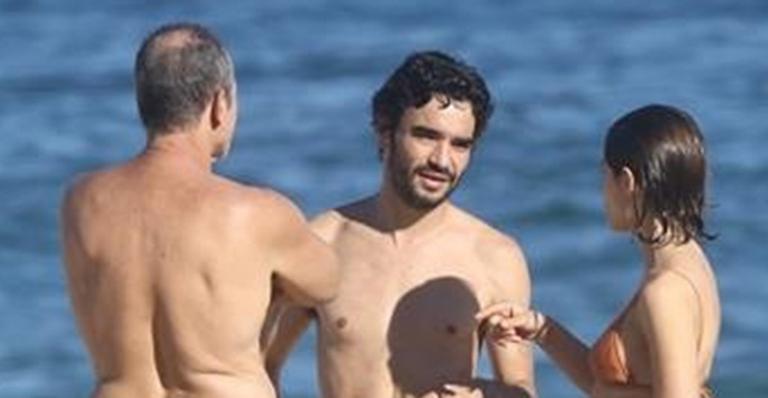 Caio Blat em praia no Rio de Janeiro