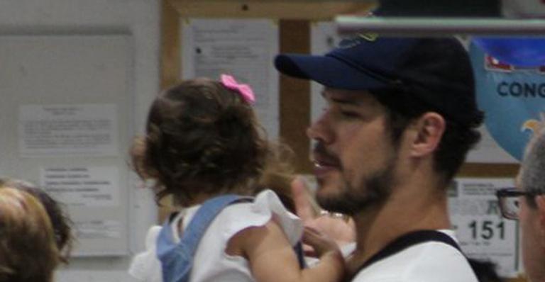 José Loreto passeia com a filha