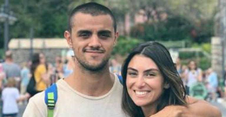 Felipe Simas surge nu na cama coladinho na esposa