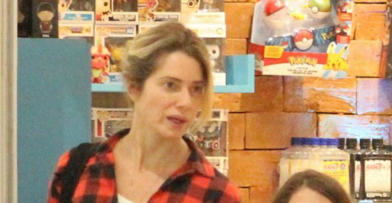Letícia Spiller vai às compras com a caçula e semelhança impressiona