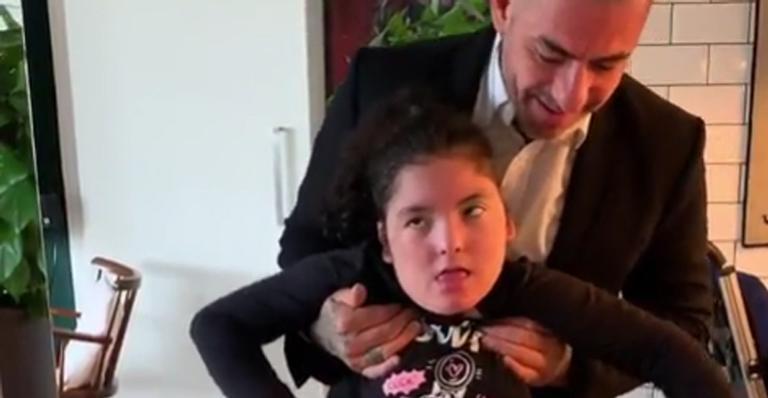 Em momento emocionante, jurado do 'MasterChef' ajuda a filha a andar