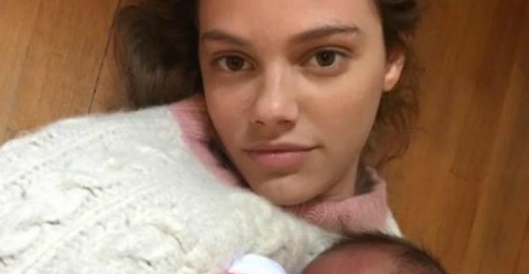 Laura Neiva posa com bebê recém-nascido e confunde fãs