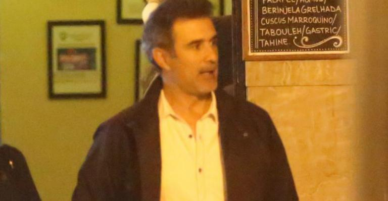 Marcos Pasquim faz rara aparição pública com nova namorada