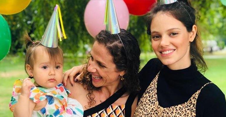 Grávida pela primeira vez, atriz mostra fotos da festa de aniversário da irmã ao ar livre